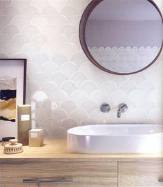 Zartschimmernde Glasuren bei diesen Schuppen, die auch an Wellen erinnern .. Tiles, Mirror, Bathroom, Furniture, Home Decor, Elegant, Shed, Waves, Room Tiles
