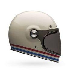 Bell Bullitt nella variante stripes pearl white. Un casco integrale comodo e sicuro, dallo stile retrò, che ricorda le linee dei primi modelli prodotti dalla casa americana.