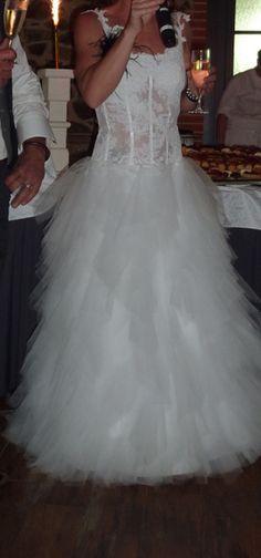 Robe de créateur blanche   haut transparent et dentelle avec laçage dos  jupe en tulle (coutures plates)  très agréable à porter et légère