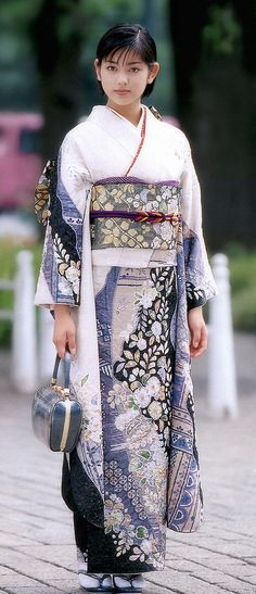 thekimonogallery:  Modeling a contemporary kimono, Japan.  Image via g2slp of Flickr