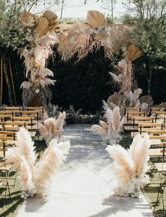 Nikia aka Mad Maven Style used wonderfully Boho coloured pampas grass for her wedding ceremony at The Ruby Street in Los Angeles, California. wedding aisle Mad Maven Style's Marie Antoinette Meets Southwestern-Inspired Wedding — Part 1 Wedding Trends, Wedding Styles, Bohemian Wedding Flowers, Feather Wedding Decor, Decor Wedding, Boho Flowers, Victorian Wedding Decor, Industrial Wedding Decor, Flowers Vase