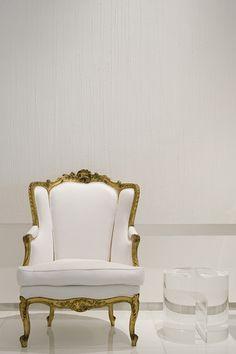 Sillón dorado a la hoja con tapizado blanco. destaca en la estancia. Estilo francés Luis XV. Belleza ...