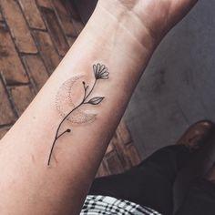 Tatuagem criada por Jacque López de Florianópolis.  Raminho de flor delicado com lua em pontilhismo. Cat Flowers, Tattoo Sketches, Finger, Delicate, Skull, My Style, Bujo, Tattoo Studio, Stylish Tattoo