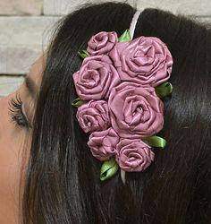 Tiara com Flores diy Kanzashi, Satin Roses, Hand Jewelry, Bunch Of Flowers, Diy Hair Accessories, Ribbon Crafts, How To Make Bows, Headband Hairstyles, Silk Ribbon
