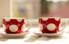Jolies tasses à déjeuner rouges à pois blanc