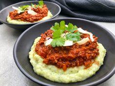 Opskrift på broccoli- og kartoffelmos med kødsauce. En mættende og særdeles god ret, som er perfekt til en hurtig omgang aftensmad.