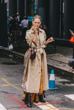 Style Inspiration: Trench coats outfits for spring – M trench coat outfit trench coat . Trench Coat Outfit, Long Trench Coat, Coat Dress, Long Coat Outfit, Trench Jacket, Camel Coat, Beige Trenchcoat, Burberry Trenchcoat, Looks Street Style