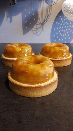 La recette permet de préparer 6 tartelettes d'un diamètre de 9cm. Composition : Pâte sucrée amande, crème de noisettes, ganache tendre vanille ivoire, dôme pommes façon « tatin », ganache montée iv…