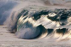Que o mar é fascinante, não restam dúvidas, mas as fotos do francês Pierre Carreau vão confundir seus sentidos. Na série intitulada Aquaviva, o fotógrafo capta o poder das ondas há 10 anos, porém de um modo tão diferente que faz suas imagens parecerem pinturas das mais caprichadas.