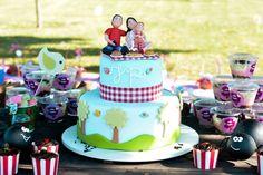 Bolo cenográfico pic nic  Lindo bolo modelado em biscuit, disponível para locação juntamente com as duas formigonas para enfeite de mesa.  Não acompanha o topo de bolo, que neste caso foi feito personalizado.  Frete não incluso. Consulte-nos