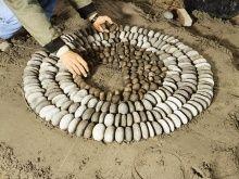 DIY/Howto: Kieselmosaik: Ringe aus Kieselsteinen auslegen