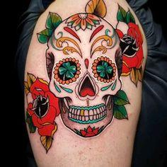 Lion Tattoo Girls, Skull Girl Tattoo, Boy Tattoos, Sugar Skull Tattoos, Tatoo Art, Body Art Tattoos, Traditional Tattoo Skull, Traditional Tattoo Old School, Caveira Mexicana Tattoo