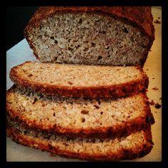 """Skønt og velsmagende solsikke """"rugbrød"""". Har længe kæmpet for at finde et brøde der ikke har en bismag af æg eller div meltyper. Her er det! :-) Happy Foods, Low Carb Bread, Lchf, Grain Free, Crackers, Banana Bread, Paleo, Food And Drink, Baking"""