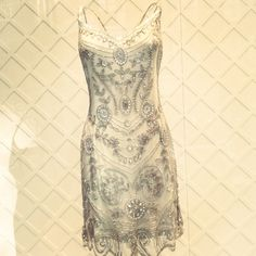 Vestido de fiesta corto estilo años '20 completamente bordado en pedrería color plata #vestidoscortos #trajesdefiesta #vestidosvintage #Pronovias2015 #pedreria #años20 #flapperdress #fashion