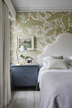 Atmosphere of a country home in London townhouse interior design Home decor Idea Inspiration cozy style english classic bedroom wallpaper headboard nightstand 439945457351931660 Townhouse Interior, London Townhouse, Of Wallpaper, Wallpaper Headboard, Wallpaper In Bedroom, Blue Headboard, Bedroom Headboards, Classic Wallpaper, Interior Wallpaper