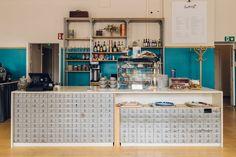 Kakolanruusun kahvilan tiskissä hyödynnettiin entisten vankien postilokerikot. Tilasuunnittelu: A-J Silvennoinen & Tom Gustafsson.