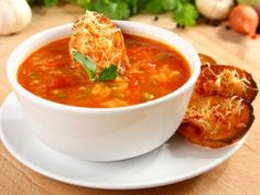 Španělská rajská polévka s česnekovými topinkami