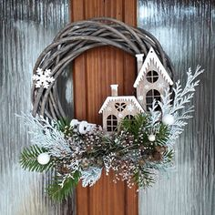 Zimní věnec s domečky Country Christmas Decorations, Christmas Door Wreaths, Christmas Porch, Noel Christmas, Christmas Centerpieces, Xmas Decorations, Christmas Crafts, Christmas Ornaments, Christmas Home Decorating