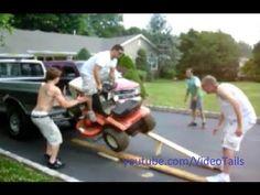 Lawn Mower Accidents Compilation.  Cosa NON FARE con il proprio tosaerba.