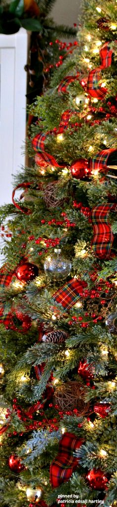 Country Christmas tree! Great idea for your family room - country christmas decorations