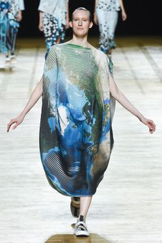 Issey Miyake Spring 2018 Ready-to-Wear Collection Photos - Vogue