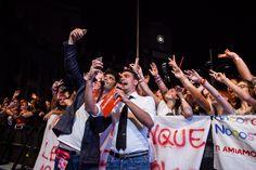 I comici Gigi e Ross scattano un selfie tra il pubblico del My selfie show organizzato da Vodafone a Piazza Dante il 29 Giugno 2014 foto di Serena Faraldo per AGiSco #giugnogiovani www.giugnogiovani.it