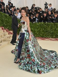 Amal Clooney Stuns on Met Gala 2018 Red Carpet with Husband George Clooney By Her Side!: Photo Amal Clooney has arrived as one of the hosts of the 2018 Met Gala - and she has George Clooney by her side! The power couple were one of the first on the red… Gala Dresses, Red Carpet Dresses, Nice Dresses, Wedding Dresses, Fabulous Dresses, Beautiful Dresses, Beautiful Women, Celebrity Red Carpet, Celebrity Dresses