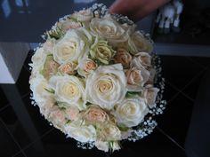Buket med tre forskellige slags roser og kant af brudeslør. Kuppelformet med synlige stilke. (Hanna)