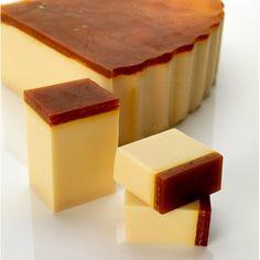 """Ceci n'est pas un gâteau. C'est un savon. C'est LE savon, celui qui porte le doux nom du """"miel et les abeilles"""". Caramel et miel pour une douceur infinie sur la peau..."""