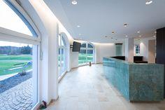 Wenn Aussen auf Innen trifft und der Stein vom Empfangspult Farben widerspiegelt. Bathtub, Outdoor Decor, Design, Home Decor, Stone, Colors, Standing Bath, Bath Tube, Room Decor