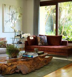Sala de estar com mesa de centro de madeira rustica e flores na decoração de Rene Fernandes - Viva Decora