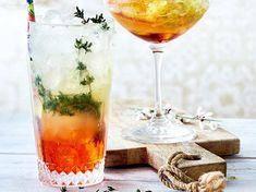 Unser beliebtes Rezept für Aperol Zisch mit Thymian und mehr als 55.000 weitere kostenlose Rezepte auf LECKER.de. Martini, Dessert Drinks, Desserts, Margarita, Alcoholic Drinks, Food And Drink, Wine, Party, Glass