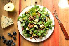 ensalada de queso azul, arandanos y pera con nueces y semillas caramelizadas