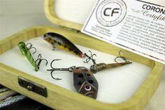 Specjalny zestaw przynęt przygotowywany na indywidualne życzenie Klienta. Taki prezent zadowoli najbardziej wymagającego wędkarza. #wędkarstwo #naprezent #przynęty #rękodzieło #handmade #zestaw Coron, Fish, Drop Earrings, Pisces, Drop Earring