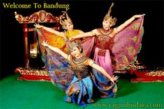Merak dance this dance come from Jawa Barat Indonesia Indonesian Art, Kinds Of Dance, Unity In Diversity, Surakarta, Marriage Dress, Balinese, Southeast Asia, Traditional Outfits, Java