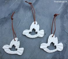 diy julepynt duer lavet af hvidt ler med ophæng af lædersnøre