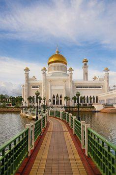Sultan Omar Ali Saifuddien Mosque in Bandar Seri Begawan, Brunei (by adib.wahab).