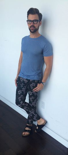 Casual, Navy Floral Pants, Tee, and Black Suede Birkenstocks, Men's Spring Summer Fashion. Mens Fashion Shoes, Love Fashion, Fashion Outfits, Sartorialist, Vogue, Urban Chic, Dope Outfits, Printed Pants, Beard Styles