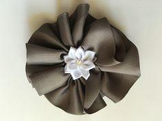 """Lazo en cinta Gross Grain de 1 1/2"""" gris con flor blanca en el centro, modelo sencillo para este verano. Con elástico a la parte posterior para mejor agarre en el collar de su mascota. Disponibilidad de 3 solamente!  ( se puede cambiar el color de la flor del centro)"""