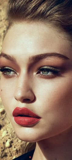 Idée Maquillage 2018 / 2019 : Gigi Hadid W Magazine Korea December 2016 Makeup Inspo, Makeup Inspiration, Beauty Makeup, Red Lipstick Makeup, Red Lipsticks, Natural Eyebrows, Natural Makeup, Gigi Hadid Makeup, Gigi Hadid Eyes