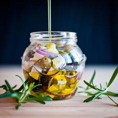 Středomořské chuti v jedné skleničce. Marinovaná feta s olivami a rozmarýnem Preserves, Pickles, Feta, Mason Jars, Food And Drink, Treats, Cheese, Canning, Recipes