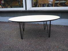 Tyylikäs 50-luvun henkeen tehty uusi sohvapöytä, siurolaista käsityötä parhaimmillaan. Pöydän on suunnitellut ja valmistanut artesaani-puuseppä Pekka Toivio, jonka yritys Pekka Puuseppä toimii Siuron Voimalaitoksella kosken partaalla. Pöydän pinta on saarni-viilua, pöytälevy on mdf-levyä, hienot vintage-tyyliset jalat ovat metallia. Pöydän pituus 120 cm, korkeus 44 cm. Hinta 360 euroa.(sis alv) Pöytiä tehdään tilaustyönä, asiakas saa valita pöydän pintamateriaalin sekä muodon oman toiveiden…