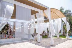 Toldo con techo de yute a dos niveles y cortinas de organza color perla