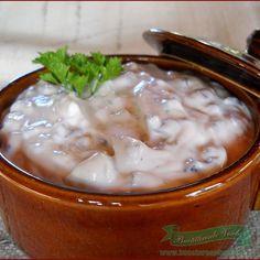 INGREDIENTE: 300 g ciuperci champignon (din conserva), 3 oua, 250 ml ulei, 250 g smantana, 2 catei usturoi, 1/2 legatura patrunjel verde, 2 linguri zeama lamaie, sare, piper alb macinat, PREPARARE: Ciupercile se taie marunt.Patrunjelul verde se toaca fin. Punem la incins 1 lingurita de ulei si calim usturoiul pisat . Lasam deoparte usturoiul si …