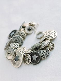 How to Make a Button Bracelet - Button Jewlery Crafts - Country Living : même en traduisant, je ne comprends rien...Mais ça ne doit pas être sorcier!!!!