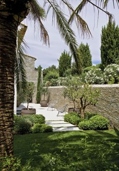 I like this stone wall, a mixture of colours, not all grey and not all red/brown: MAISON PROVENÇALE CONTEMPORAINE