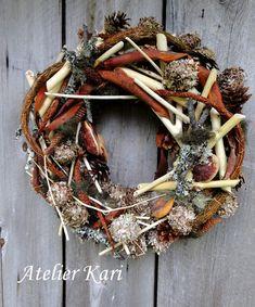 Atelier Kari naturdekorasjoner og kranser Grapevine Wreath, Grape Vines, Christmas Wreaths, Holiday Decor, Fall, Wood, Home Decor, Atelier, Deco
