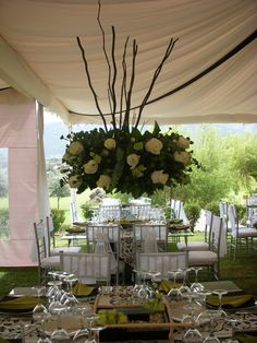 Arreglo con rosas  y ramas alto/ Tall centerpiece with roses and branches
