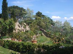vista panoramica  dell'antico giardino a terrazze  del 1500 con 100 piante di limoni in antichi vasi di terracotta