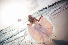 Невеста в розовом платье на фоне розового рассвета